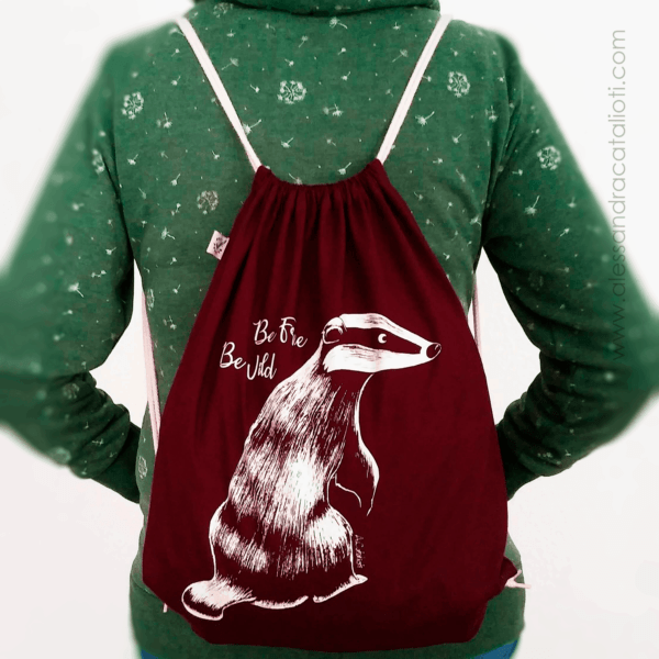 cotton sackpack color burgundy with a badger picture